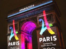 logo Paris porté en triomphe